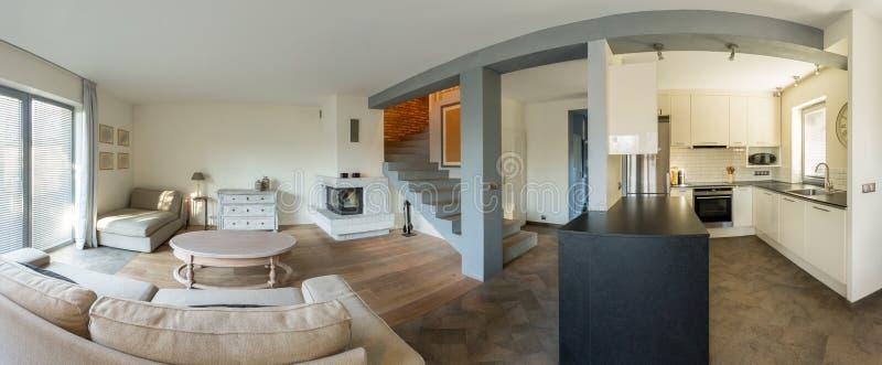 Maison isolée de luxe spacieuse photos stock