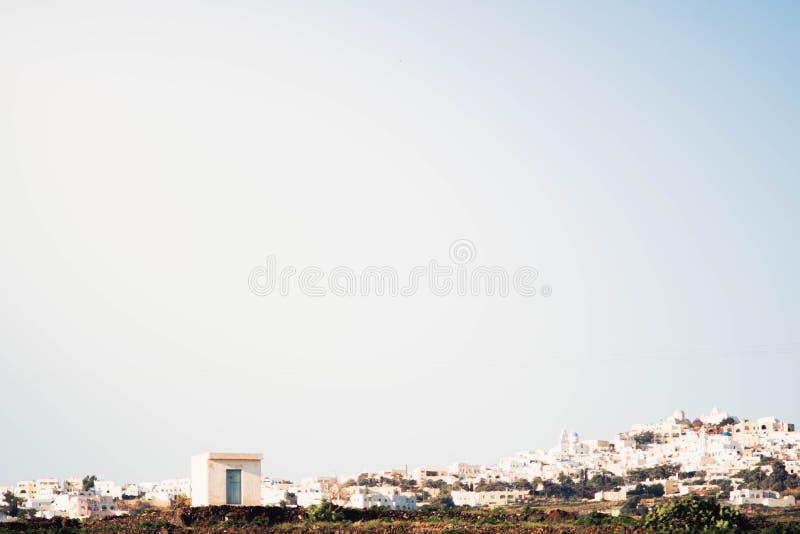 Maison isolée devant la ville serrée photos libres de droits