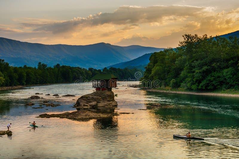 Maison isolée sur la rivière Drina dans Bajina Basta, Serbie photographie stock libre de droits