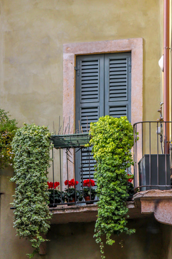 maison italienne avec des fleurs sur la terrasse photo stock image du histoire balcon 47060090. Black Bedroom Furniture Sets. Home Design Ideas