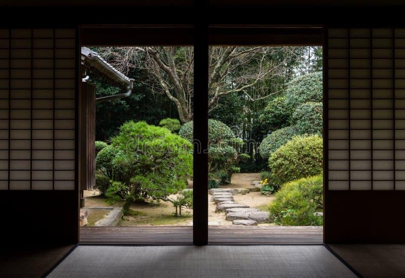 Maison japonaise traditionnelle avec le jardin dans Kitsuki, préfecture d'Oita image stock