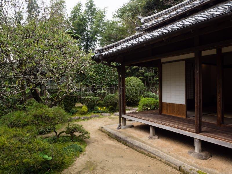 Maison japonaise traditionnelle avec le jardin dans Kitsuki, préfecture d'Oita photographie stock