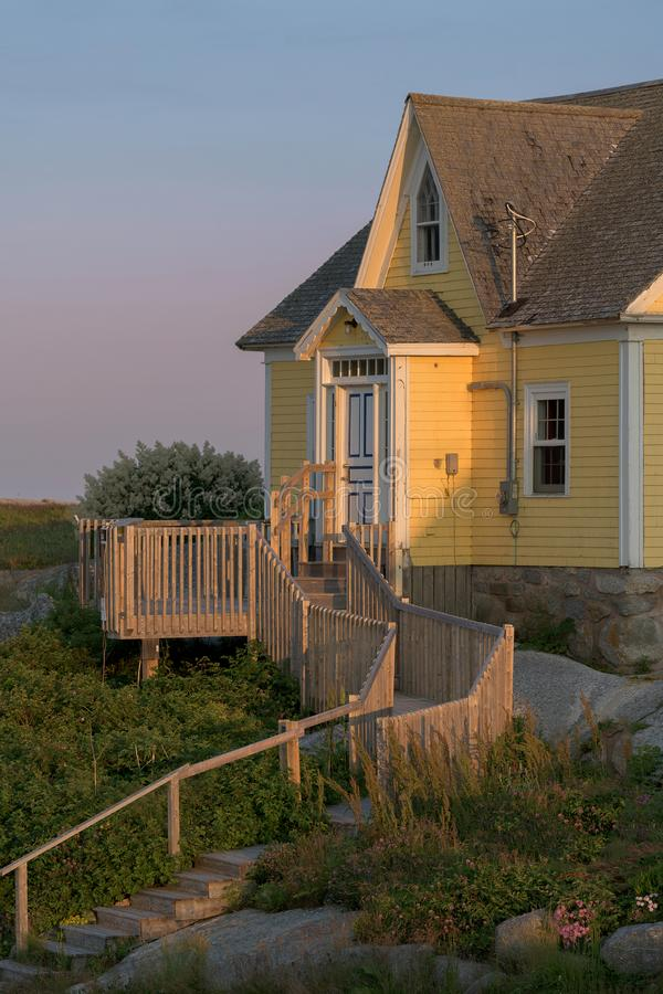 Maison jaune au crépuscule image libre de droits