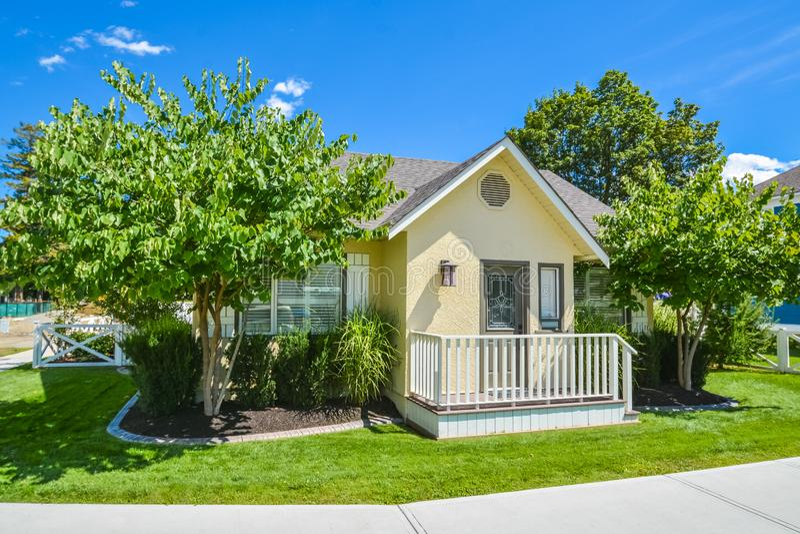 Maison jaune de famille avec la petite cour image stock