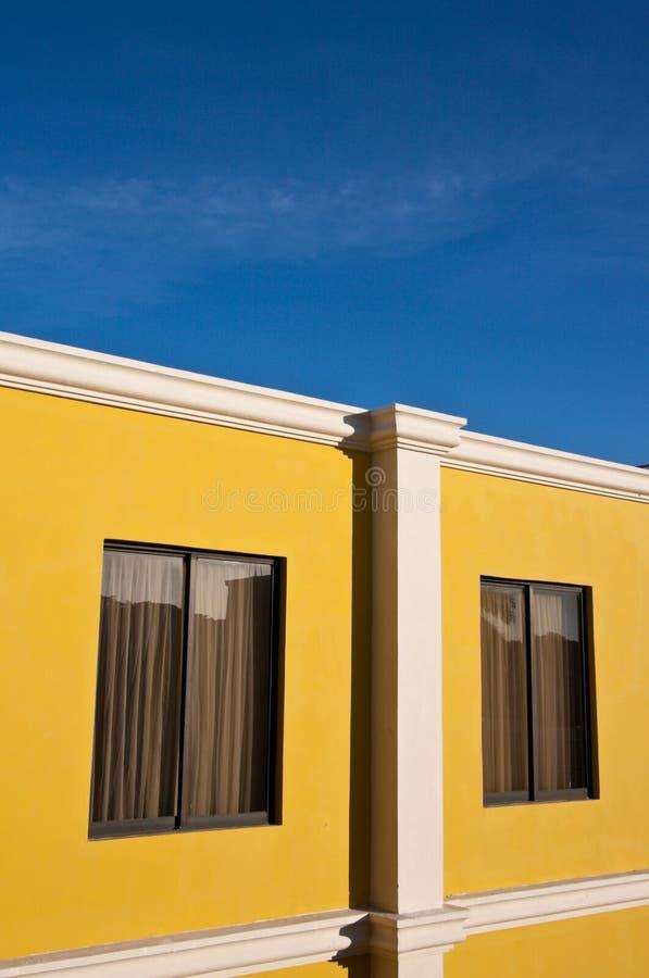 Maison jaune et ciel bleu photographie stock libre de droits