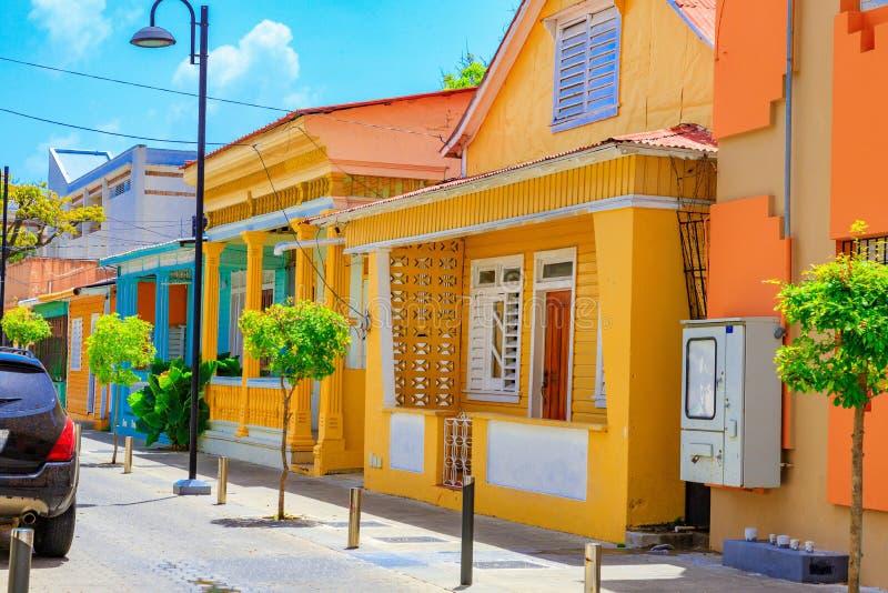 Maison jaune typique dans Puerto Plata, République Dominicaine  E photos stock