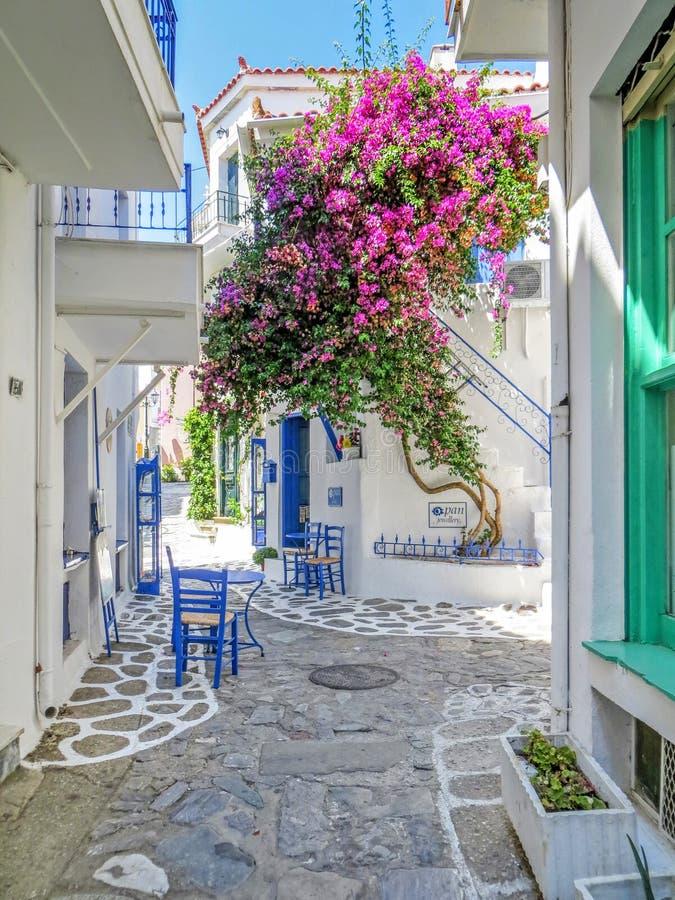 Maison méditerranéenne traditionnelle dans les skiathos grecs d'île photographie stock libre de droits