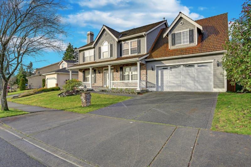 Maison mélangée grise de voie de garage avec l'aménagement gentil photo libre de droits
