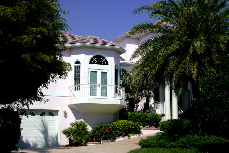 Maison méridionale blanche dans les tropiques photo libre de droits