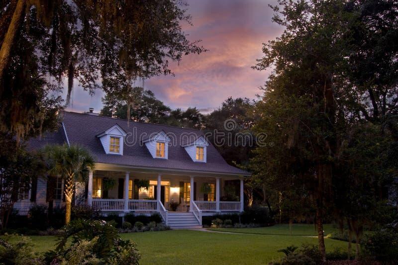 Maison magnifique au crépuscule photos stock