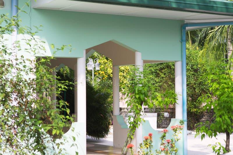 Maison maldivienne typique avec un jardin et des usines décoratives images libres de droits