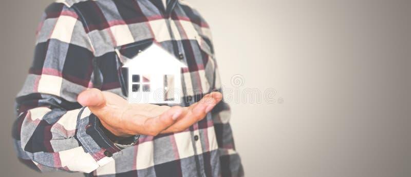 Maison masculine de participation de main, foyer pour sans-abris et immobiliers photographie stock