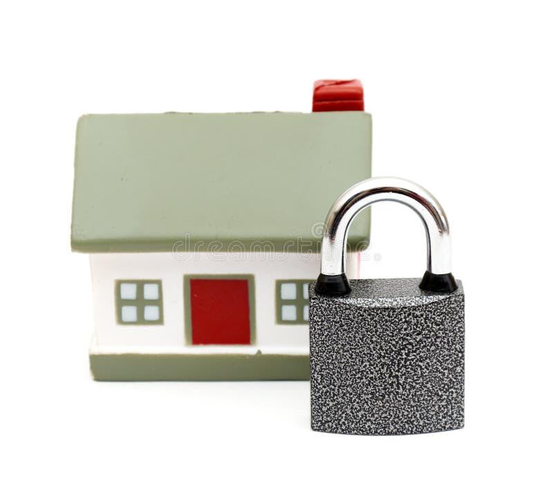 Maison miniature avec le blocage photographie stock