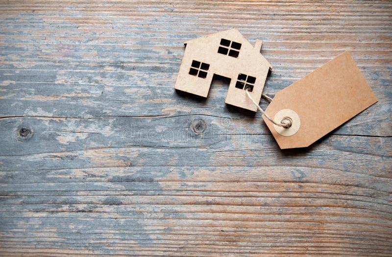 Maison miniature avec le label photo stock