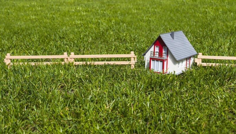 Maison miniature dans le jardin sur l'herbe verte photo libre de droits