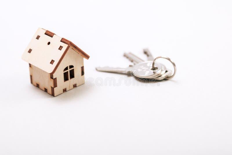 Maison miniature en bois avec des clés de porte étroitement  Concept 6 d'immeubles Maison en bois de petit jouet avec des clés av photo stock