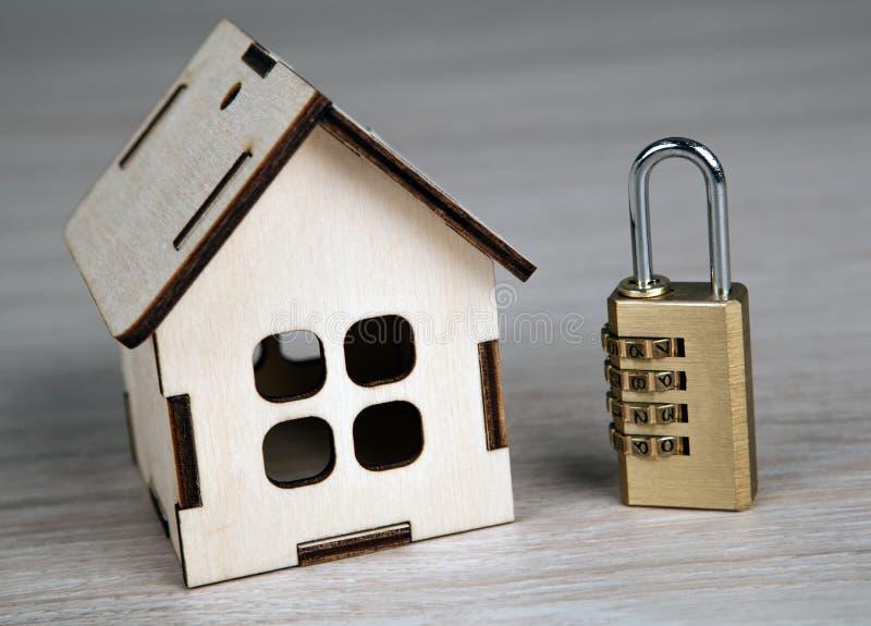 Maison miniature en bois avec avec le cadenas en laiton photographie stock