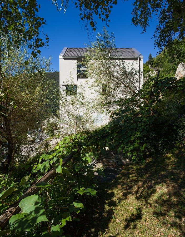 Maison minimale moderne sur la colline photo libre de droits