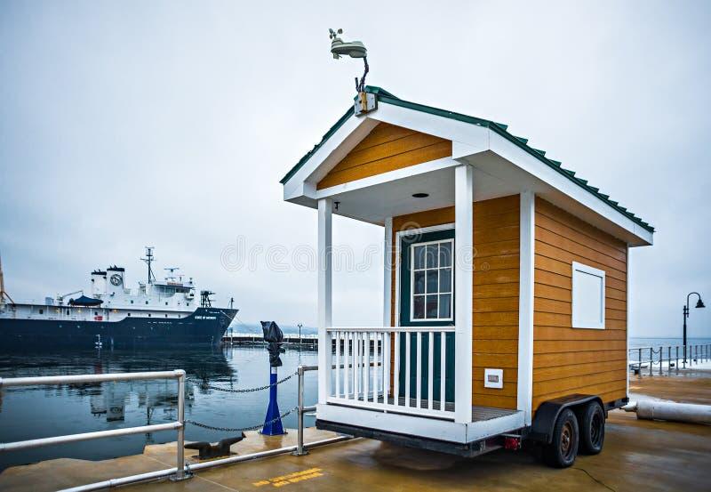 Maison minuscule jetée sur des roues près du lac Michigan photo stock