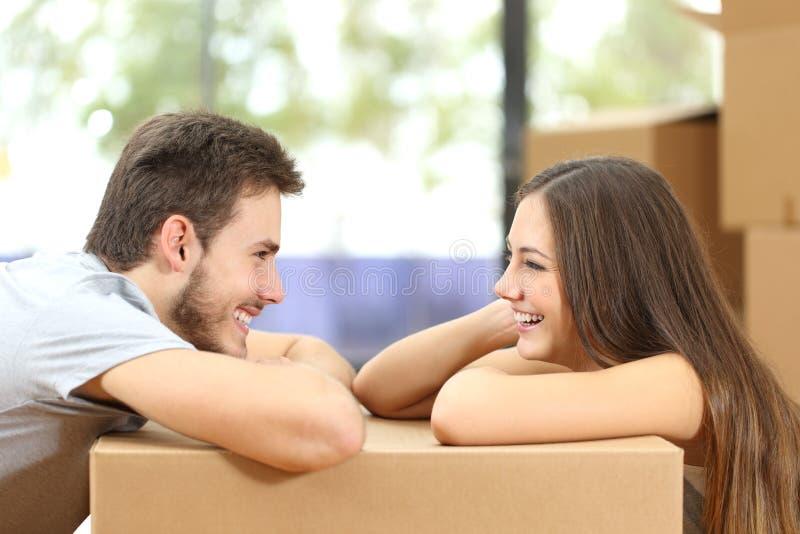 Maison mobile de couples se regardant image stock