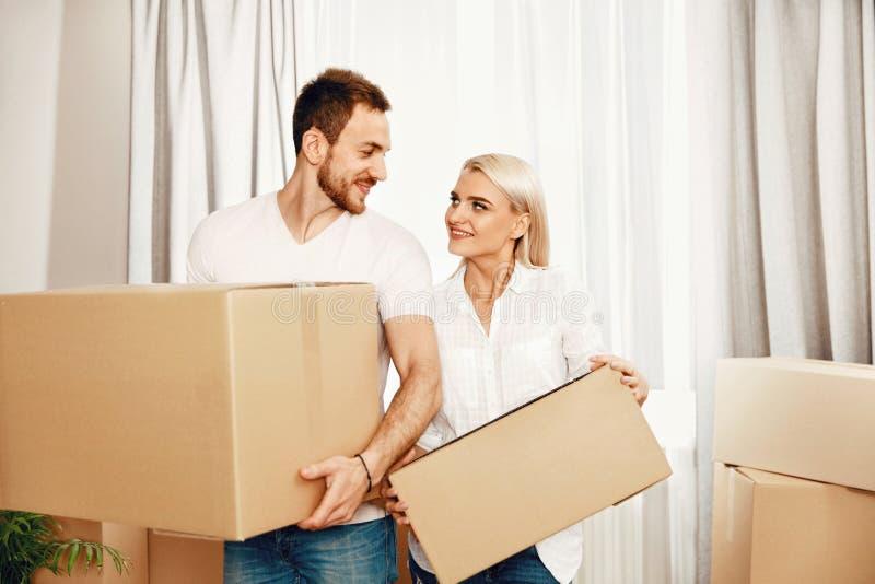 Maison mobile Homme et femme tenant des boîtes photo stock