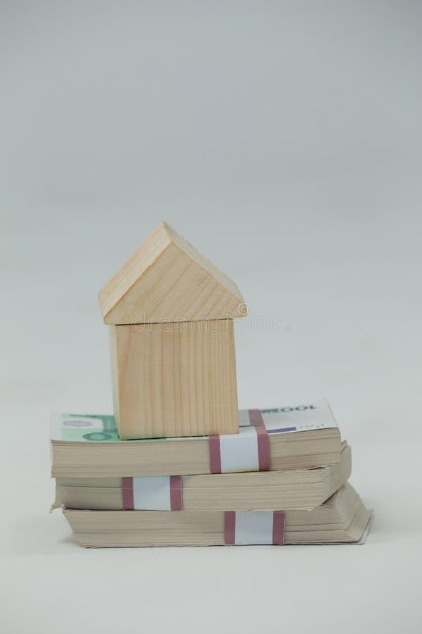 Maison modèle sur une pile d'argent photos stock