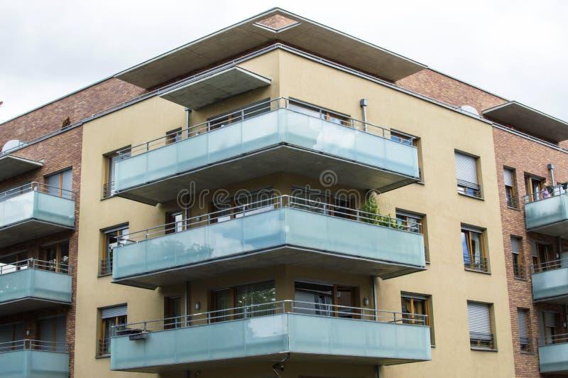 Download Maison Moderne Avec De Beaux Balcons En Verre Image stock - Image du épargnant, hublot: 77160999