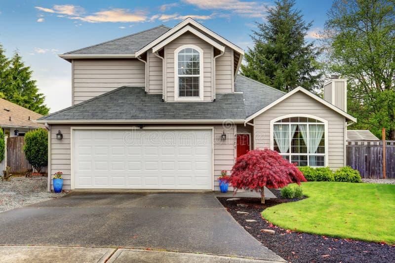 Maison moderne avec la porte rouge et l'extérieur gris-clair image libre de droits