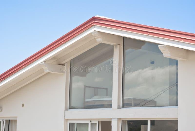 Maison moderne avec les murs trasparent