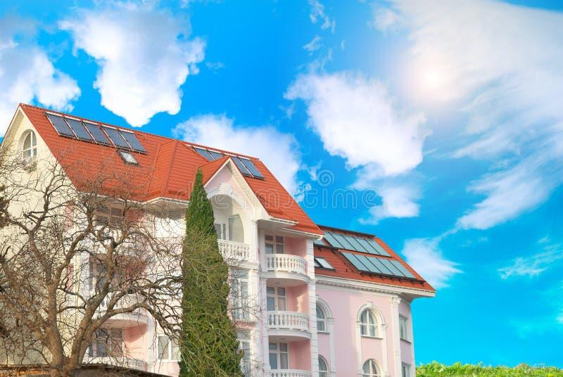 Maison moderne avec les panneaux solaires image libre de droits