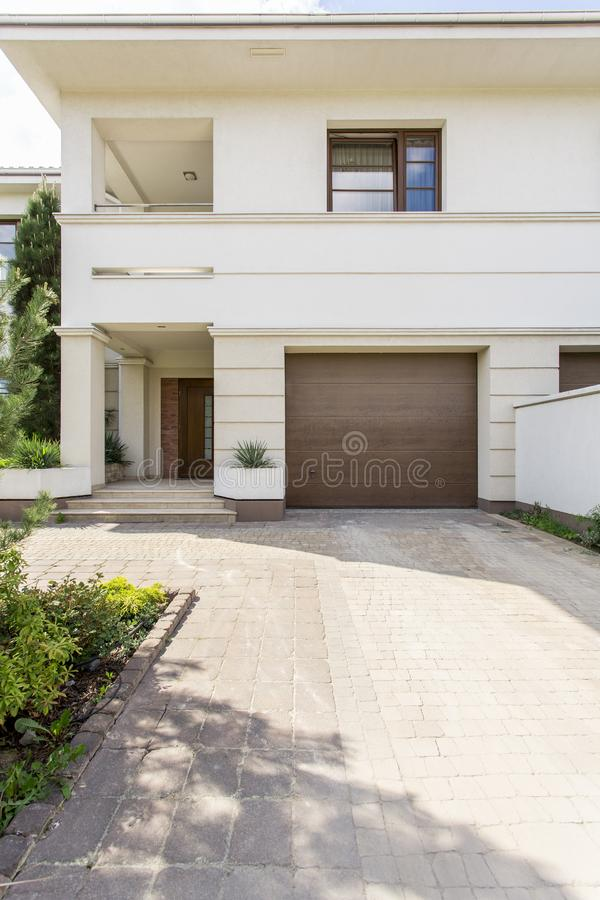 Maison moderne blanche avec le garage image stock