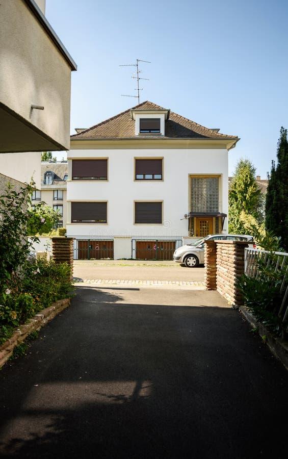 Maison Moderne Dans L\'inclinaison-décalage Français De Ville ...