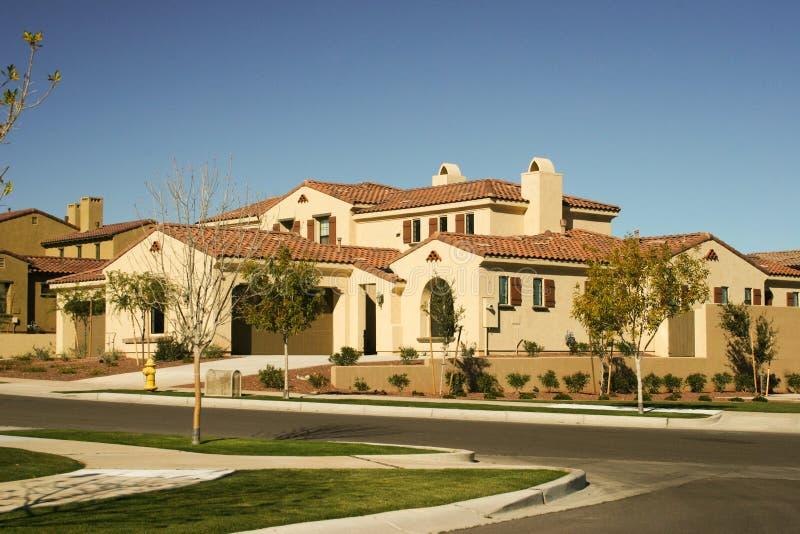 Maison moderne dans le désert photos stock