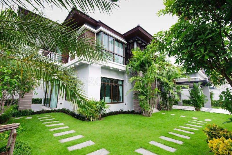 Maison moderne dans le jardin photo stock image du for Jardin pour villa moderne