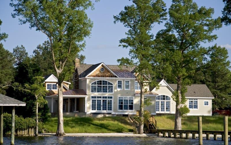 Maison moderne de façade d'une rivière photographie stock