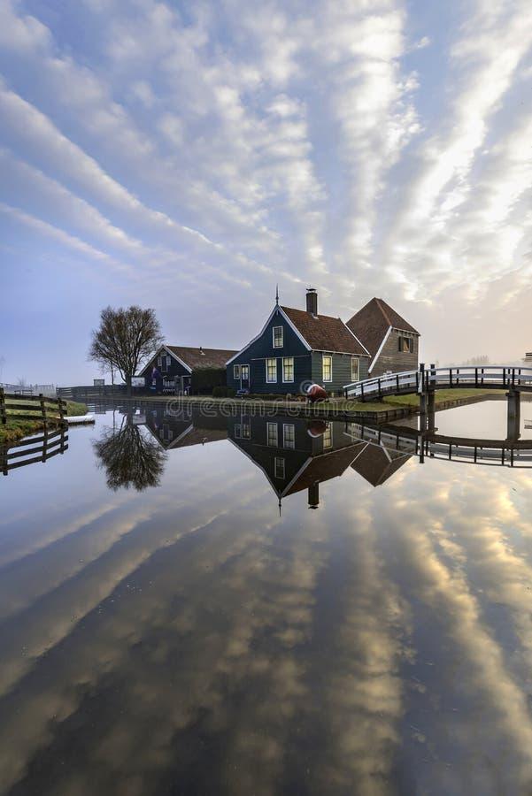 Maison néerlandaise reflétée sur le canal calme photographie stock libre de droits