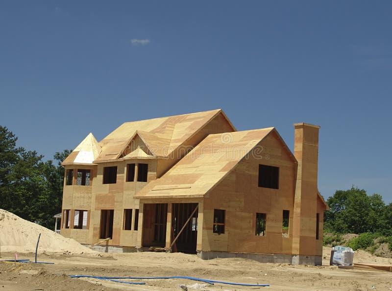 Maison neuve étant construite photo stock