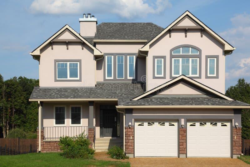 Maison neuve avec deux garages image libre de droits