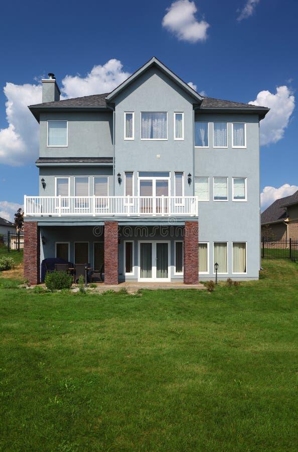 maison neuve avec le balcon et la pelouse verte images stock image 20918014. Black Bedroom Furniture Sets. Home Design Ideas