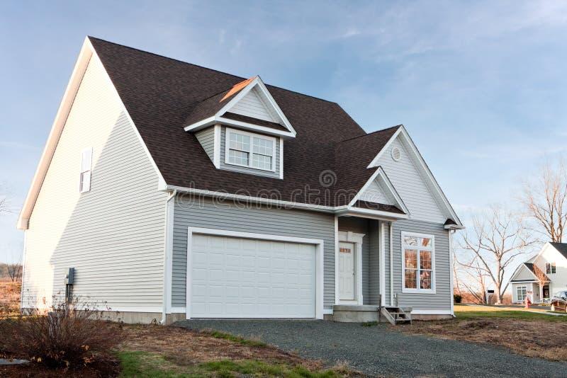 Maison neuve avec le garage de 2 véhicules photographie stock