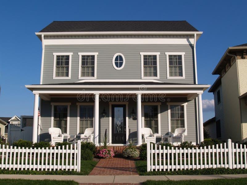 maison neuve de vinyle de deux histoires avec le regard historique image stock image du. Black Bedroom Furniture Sets. Home Design Ideas