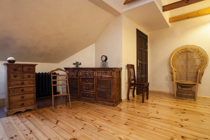 Maison nuageuse - raboteuse en bois photo stock