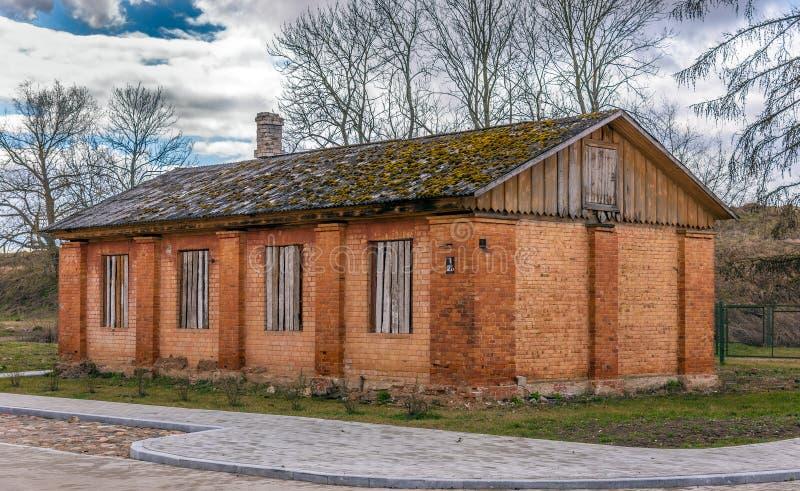 Maison orange abandonnée vieille par brique photo libre de droits