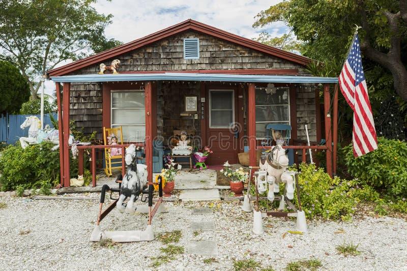 Maison orange colorée sur l'île de l'île de Matlacha, corail de cap images stock