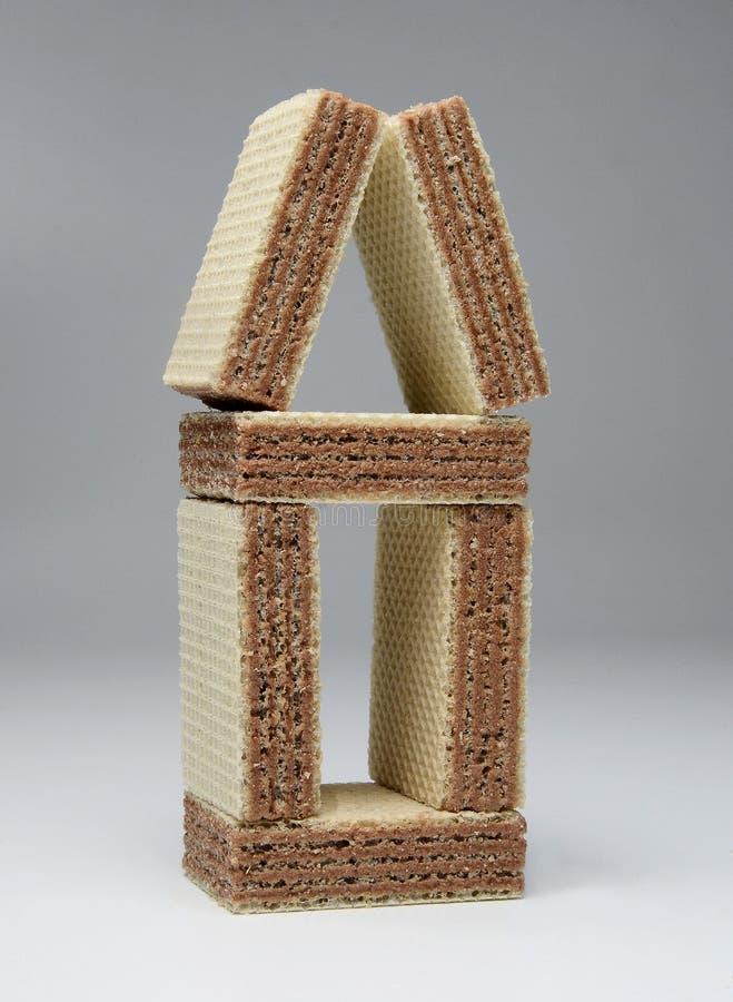 Maison originale peu commune des tuiles carrées de gaufre Plan rapproché Fond gris-clair images libres de droits