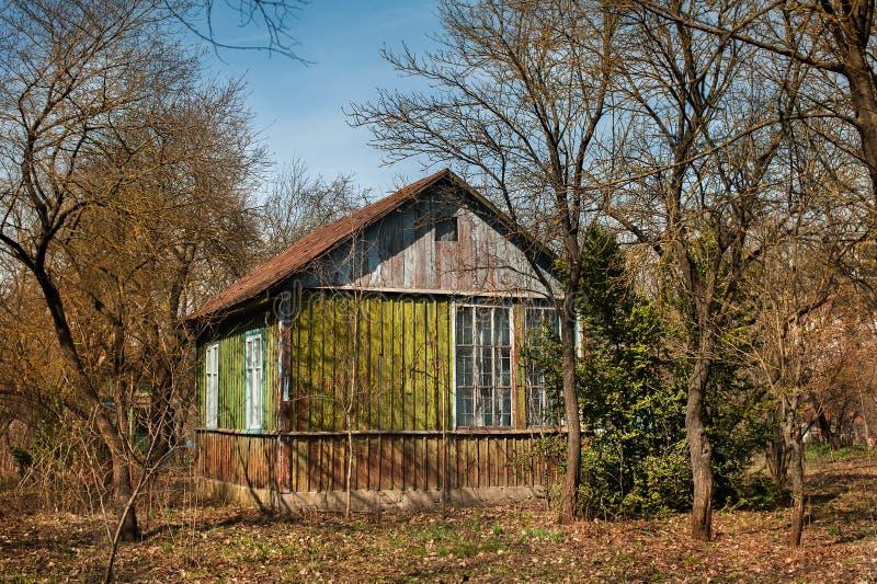 Maison ou hangar minuscule à un complot d'une attribution Printemps tôt Petit jardin de cabane au printemps images stock