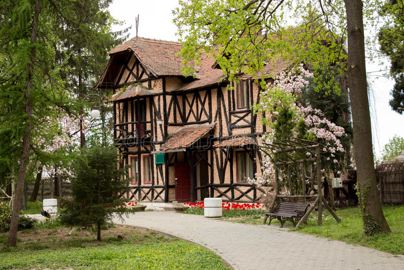 Maison paisible entourée par des arbres photos stock