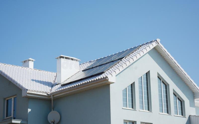 Maison Passive Moderne Avec Le Toit Blanc Et Panneaux Solaires Pour