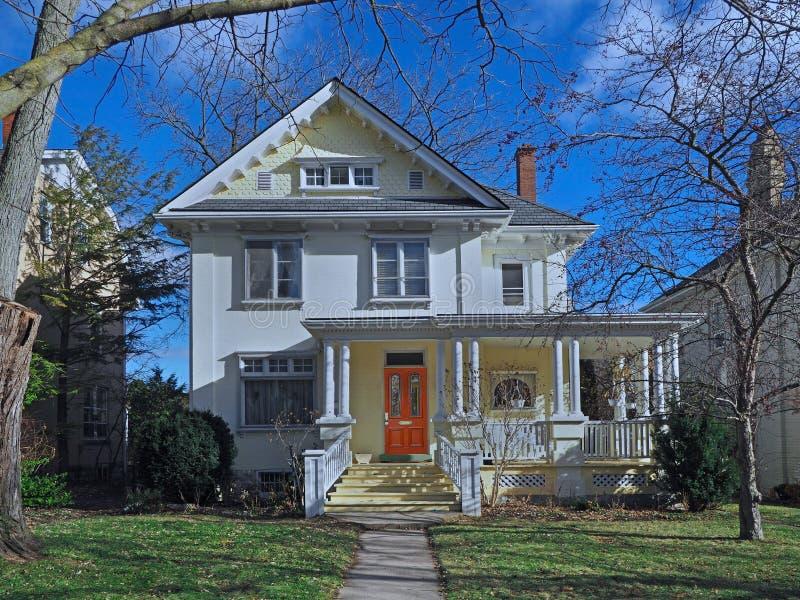 Maison peinte blanche de brique de cru photo stock