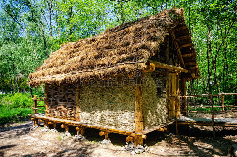 Maison préhistorique de palafitte photos stock